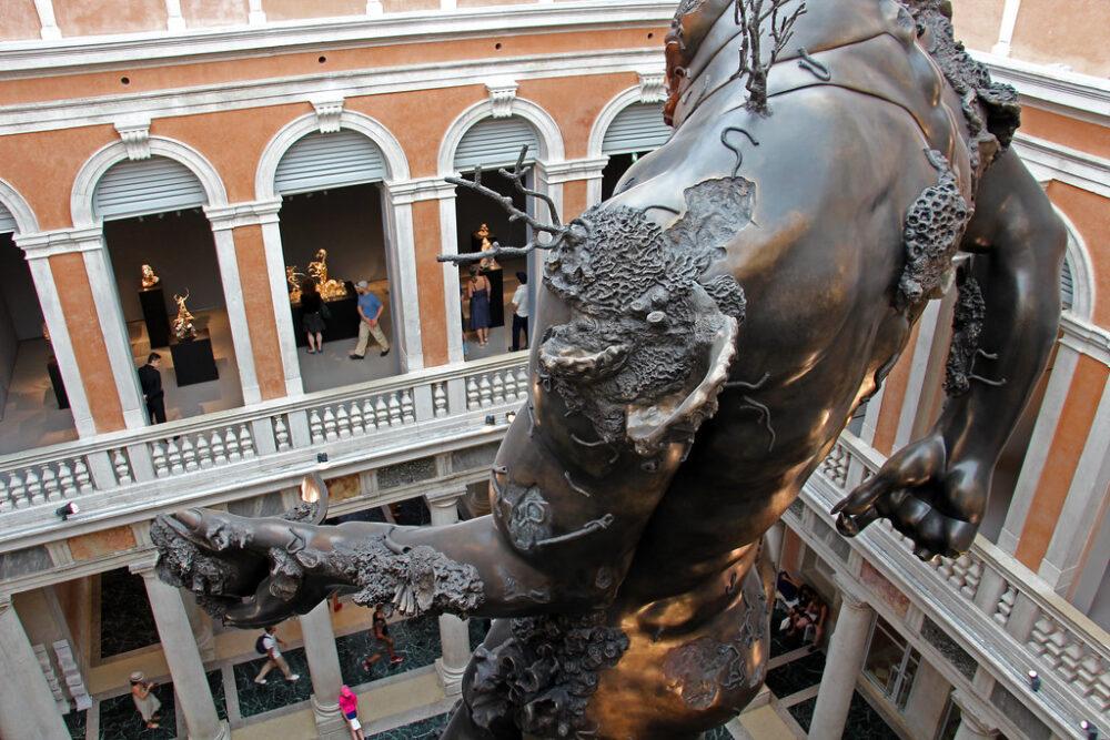 L'unione tra l'hospitality e l'arte, Damien Hirst, Palazzo Grassi